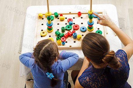 Воспитатель занимается с детьми с набором психолога 7 модулей